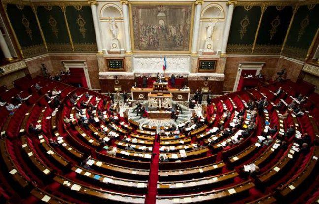 """Les députés ont adopté mardi, à la veille d'un sommet européen crucial, les recettes du budget 2012, le dernier du quinquennat de Nicolas Sarkozy, présenté comme """"responsable"""" par la majorité et jugé """"déjà caduc"""" par la gauche au regard de la probable révision à la baisse de la croissance."""