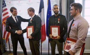 Le consul général de France à San Francisco, Emmanuel Lebrun-Damiens a remis symboliquement un certificat de naturalisation à Anthony Sadler, Alek Skarlatos et Spencer Stone, les héros du Thalys.