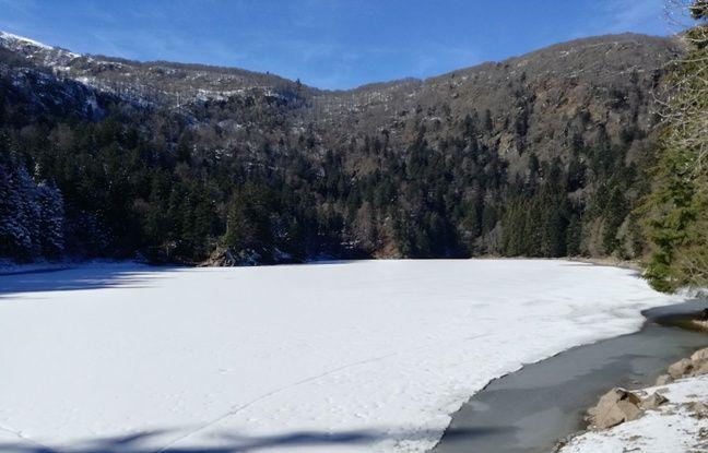 Le lac gelé du Schiessrothried, au pied des crêtes vosgiennes.
