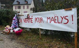 Des peluches et des bouquets de fleurs déposés sur le lieu de la disparition de la petite Maëlys, à Pont de Beauvoisin (Isère).