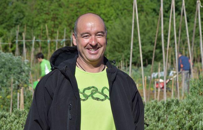 Iñaki, ingénieur du Centre d'études environnementales, aide les citoyens qui cultivent leurs propres vergers à Abetxuko, un parc qui fait partie de l'anneau vert.