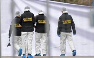 Des experts scientifiques enquêtent le 14 mars 2016 au lendemain d'un attentat à la voiture piégée qui a fait au moins 35 morts dans le centre d'Ankara, en Turquie