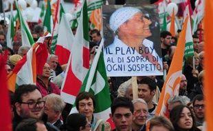 """Le Parti démocrate, principale force d'opposition de gauche en Italie, a rassemblé des dizaines de milliers de manifestants samedi à Rome, pour un meeting très coloré aux accents nationalistes sous le mot d'ordre """"la Constitution italienne, la plus belle du monde""""."""