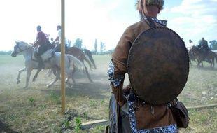 Au coeur de la campagne magyare, des dizaines de milliers de Hongrois rencontrent leurs cousins éloignés issus d'une vingtaine de peuples de l'Asie et du Caucase lors d'un festival culturel. Leur lien de parenté: tous se disent descendants des Huns.