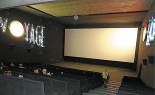 Chacune des salles porte le nom d'un film (ici, Le Voyage dans la Lune, de Méliès).