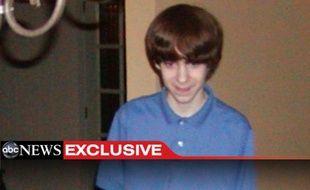 Il s'agit de la première photo du tueur de Newtown, Adam Lanza, publiée par ABC News. Le tueur avait 20 ans mais le cliché date de 2005 (il avait donc 13 ans ici).