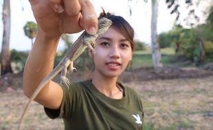 Au Cambodge, une Youtubeuse s'est filmée en cuisinant des espèces protégées.