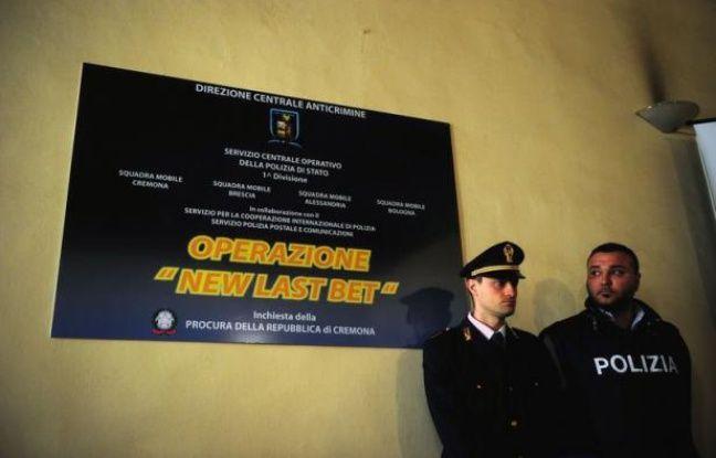 """Toute l'Italie parle du """"Calcioscommesse"""", le scandale des matches truqués qui a conduit à une troisième vague d'arrestations lundi et prend une immense ampleur, impliquant des matches de Serie A (1re div.) et des grands noms, et promettant de nouvelles révélations."""