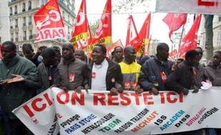 Environ 200 à 300 travailleurs sans-papiers occupaient samedi et depuis la veille, des locaux du syndicat CGT dans le IIIe arrondissement de Paris, pour protester contre le refus de la préfecture de régulariser leur situation.