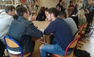 Saint-Genis-Laval, le 23 mai 2018. Des élèves réunis au sein du lycée Descartes au lendemain des résultats de Parcoursup.