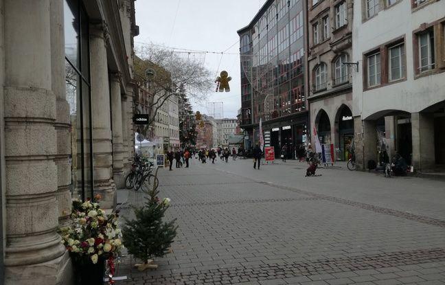 Dans la rue des Grandes Arcades, le mémorial a été réduit et légèrement déplacé après l'attentat de Strasbourg.