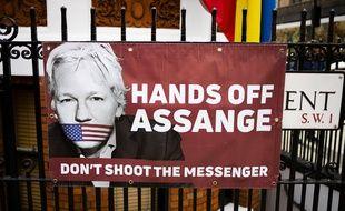 Une affiche en faveur de Julian Assange sur la grille de l'ambassade d'Equateur à Londres, le 6 avril 2019.