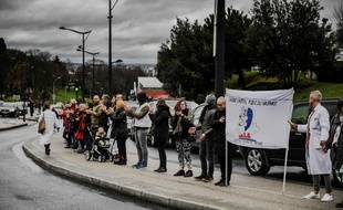 Une chaîne humaine devant l'hôpital Robert Debré à Paris pour dénoncer le manque de moyens, dimanche 2 février.