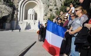 Des dizaines de Niçois se recueillent au monument aux morts de Nice.