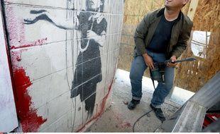 L'un des ouvriers qui ont tenté de voler La Fille au parapluie, une peinture de Banksy,à la Nouvelle-Orléans, le 21 février 2014.