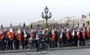 Une foule nombreuse, environ un millier de personnes, dont de nombreux militaires, s'est rassemblée mardi sur le pont Alexandre III à Paris au passage du convoi funéraire des quatre soldats français tués vendredi en Afghanistan, a constaté un journaliste de l'AFP.