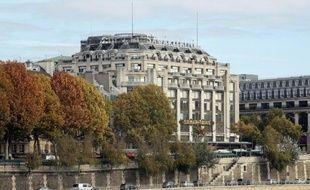 La mairie de Paris a confirmé mercredi avoir accordé à LVMH le permis de construire pour lancer le chantier de transformation de la Samaritaine fermée depuis 2005 où des commerces et un hôtel de luxe côtoieront des logements sociaux et une crèche.
