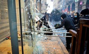 Plusieurs vitrines de magasin ont été cassés lors de la manifestation bordelaise.