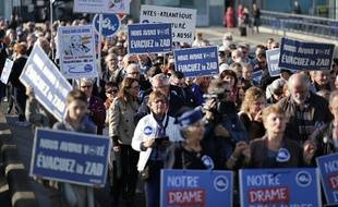 Quelque 300 personnes ont manifesté samedi devant l'aéroport de Nantes, à Bouguenais, pour exiger son