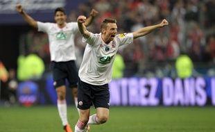Stéphane Dumont lève les bras après la victoire du Losc en coupe de France en 2011