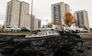 Les restes d'une voiture brûlée. illustration