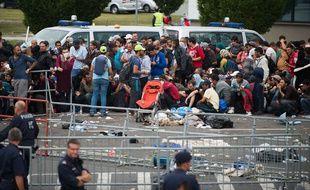 Des migrants attendent des bus près de Heiligenkreuz en Hongrie qui doivent les accompagner jusqu'à l'Autriche lundi 14 septembre 2015 à la veille de la fermeture de la frontière.