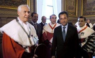 """Le président Nicolas Sarkozy (2eD) pose au côté de Vincent Lamanda (G), ex-président de la cour d'appel de Versailles, qui vient d'être officiellement installé dans ses fonctions de Premier président de la Cour de cassation, le plus haut statut de la magistrature française, à Paris le 30 mai 2007. Il succède à Guy Canivet, Premier président de 1999 à mars 2007. Le nouveau Premier président de la haute juridiction a lancé un appel aux magistrats: """"Ne doutez pas !"""". 2eG, Patrick Ollier, président de l'Assemblée nationale sortante, Christian Poncelet, président du Sénat, Bruno Cotte (C), président de la Chambre criminelle de la Cour de cassation, et Jean-Louis Nadal (D), procureur général près la Cour de Cassation. AFP PHOTO POOL ERIC FEFERBERG French President Nicolas Sarkozy (2nd R) poses 30 May 2007 in Paris next to Vincent Lamanda, the new first President of the Cour de Cassation, during an official ceremony where he took up his post. AFP PHOTO POOL ERIC FEFERBERG"""