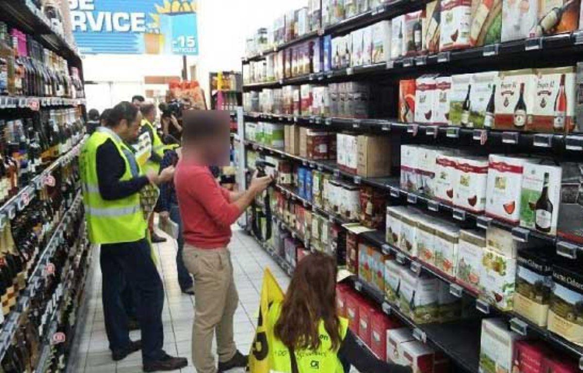 Les militants de la coordination rurale de l'Aude ont mené une action coup de poing dans les rayons d'un supermarché de Narbonne pour dénoncer l'étiquetage trompeur des vins d'origine étrangère. – Coordination rurale de l'Aude