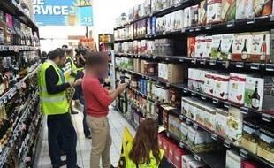 Les militants de la coordination rurale de l'Aude ont mené une action coup de poing dans les rayons d'un supermarché de Narbonne pour dénoncer l'étiquetage trompeur des vins d'origine étrangère.