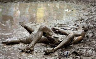 Des festivaliers se roulent dans la boue au Festival en plein air de St. Gallen en Suisse, le 27 juin 2009.