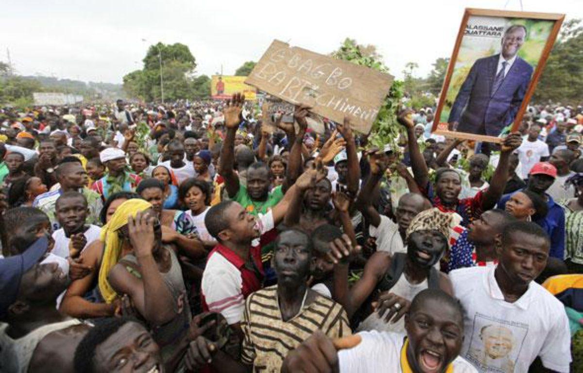 Des supporteurs d'Alassane Ouattara manifestent devant le quartier général de l'ONU à Bouake, le 5 décembre 2010.  – REUTER/Luc Gnago