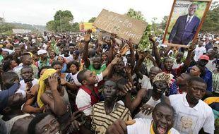 Des supporteurs d'Alassane Ouattara manifestent devant le quartier général de l'ONU à Bouake, le 5 décembre 2010.