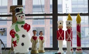 Quelques décorations de Noël sont à vendre dans un marché aux puces de Brooklyn, à New York.