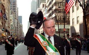 Albert Reynolds, ancien Premier ministre irlandais, salue la foule lors du traditionnel défilé de la Saint Patrick à New-York, le 17 mars 1998