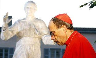 Le cardinal Philippe Barbarin, devant un statue du pape Jean-Paul II, le 5 octobre 2011