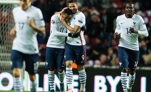 Anthony Martial et Olivier Giroud se congratulent lors du match contre le Danemark le 11 octobre 2015.