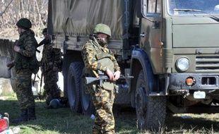 Des soldats russes bloquent l'accès à une base militaire ukrainienne le 3 mars 2014 à Bakhtchissaraï