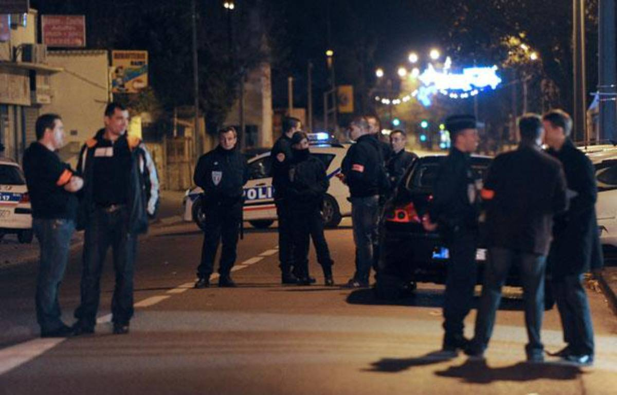 Des policiers enquêtent après une fusillade à Marseille, le 2 décembre 2011. – GERARD JULIEN/AFP