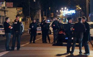 Des policiers enquêtent après une fusillade à Marseille, le 2 décembre 2011.