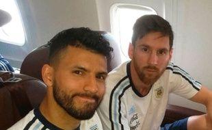 Aguero et Messi côte à côté dans l'avion, le 11 novembre dernier.
