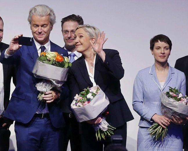 Marine Le Pen s'est affichée avec le Néerlandais Geert Wilders du parti europhobe PVV (Partij voor de Vrijheid, Parti pour la liberté), le 21 janvier 2017 à Koblenz en Allemagne.
