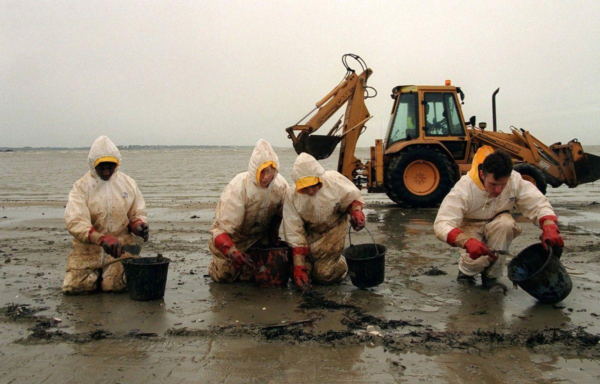 Des bénévoles nettoient une plage après la marée noire de l'Erika, en 1999. – GOLDSZTEIN/LE PARISIE/SIPA