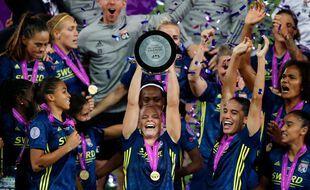 Première buteuse du match, Eugenie Le Sommer soulève la Ligue des champions pour la septième fois de sa carrière, après un nouveau succès e finale dimanche contre Wolfsburg (3-1). Clive Brunskill / POOL