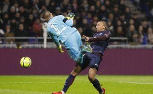 Anthony Lopes et Kylian Mbappé se sont heurtés violemment lors de Lyon-PSG.