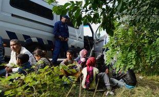 Des migrants bloqués par la police le 15 septembre 2015 près de Röszke à la frontière de la Hongrie et de la Serbie