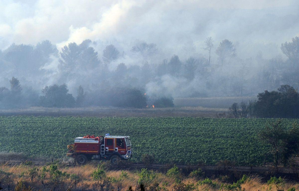 Les pompiers luttent contre le feu à Saint-Cannat (Bouches-du-Rhône), le 15 juillet 2017. – Franck PENNANT / AFP