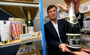 Charles Goemaere, PDG du Comité Interprofessionnel du Vin de Champagne (CIVC) pose avec une bouteille de vin mousseux russe au nom abusif de 'Champagne', lors de la remise du comité du Champagne d'Epernay (Marne).