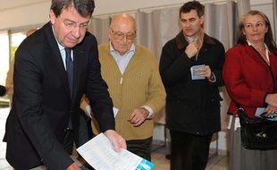 Le ministre du Travail Xavier Darcos, candidat UMP pour les régionales en Gironde, est allé voter à La Teste-de-Buche le 21 mars 2010.