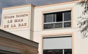 """L'école de Villefontaine """"Le Mas de la Raz"""" où enseignait le directeur soupçonné de viols, le 24 mars 2015"""