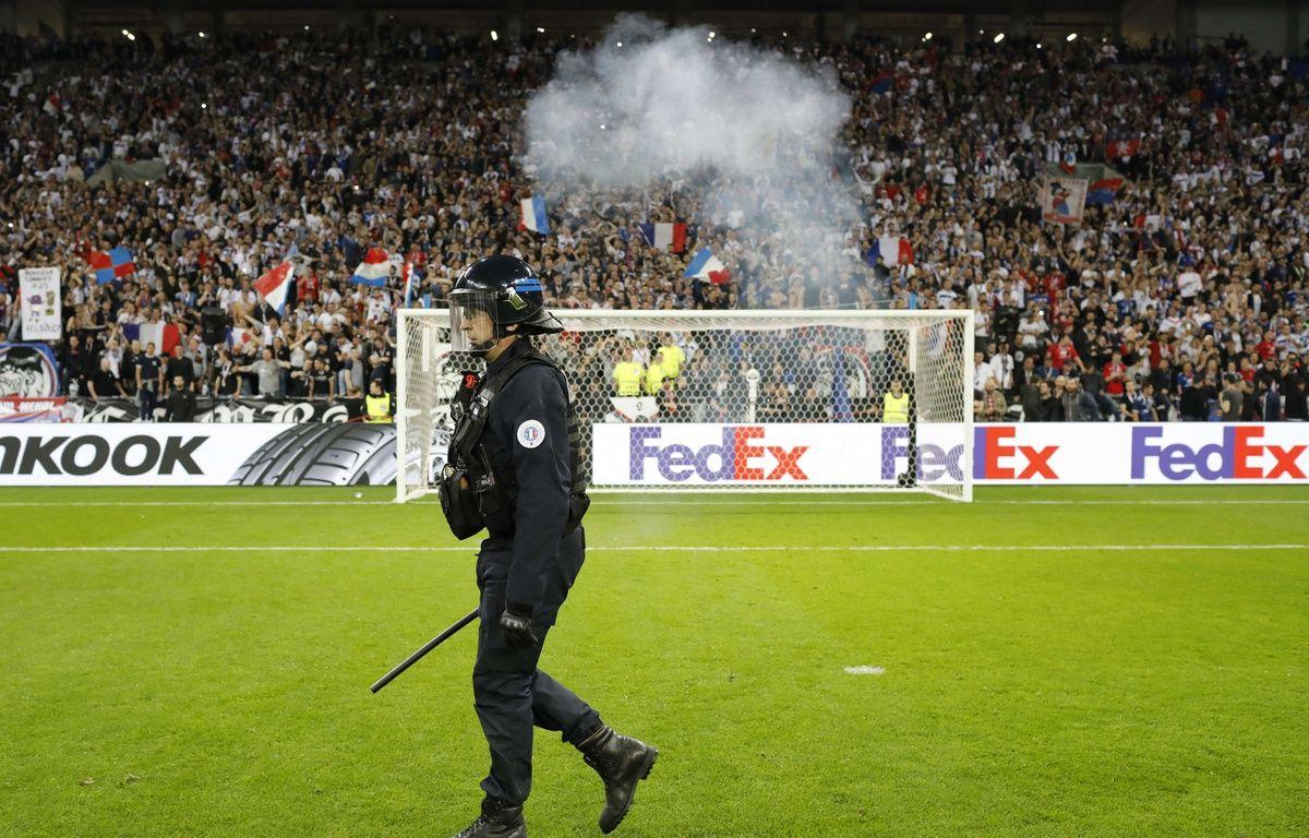 Un officier de police sur la pelouse du Parc OL, avant OL-Besiktas – Laurent Cipriani / AP / SIPA
